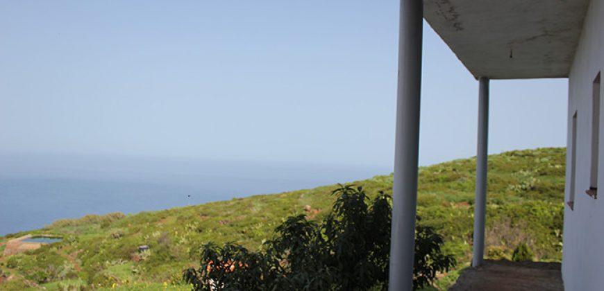 Casa con gran extensión de terreno y vistas al mar.